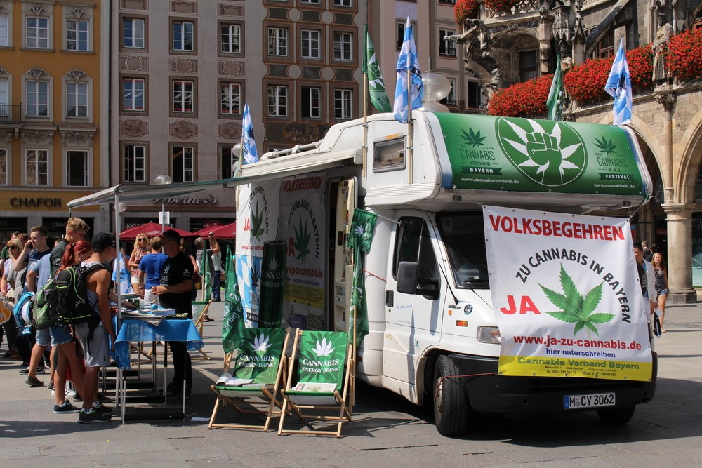 German activists collect signatures for the legalization of cannabis in Germany at Marienplatz in Munich (August 22, 2015). Image via: mr_coffee | Shutterstock.